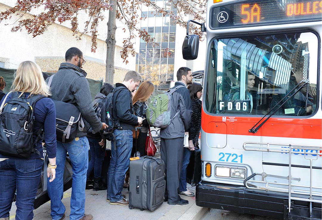 Thanksgiving travellers board bus at Rosslyn